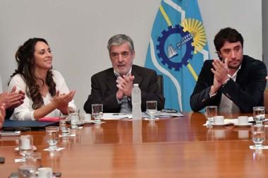 Aplausos. Loyola, Das Neves y Gilardino ceebran el acuerdo que se rubricó en Casa de Gobierno en Rawson.