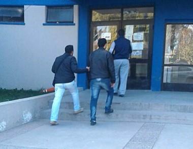 Momentos en que el agresor ingresaba detenido a la Comisaría Tercera
