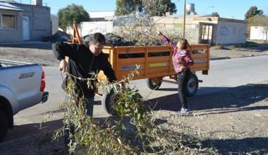 Vecinos y ediles colaboraron para dejar limpio el playón del  barrio.