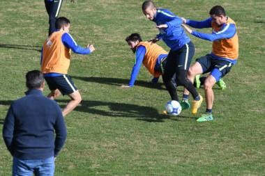 Benedetto se lleva el balón ante la atenta mirada de Daniel Angelici.