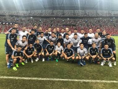 La foto grupal de jugadores más los sparrings de la Selección Argentina en la última práctica en Singapur.