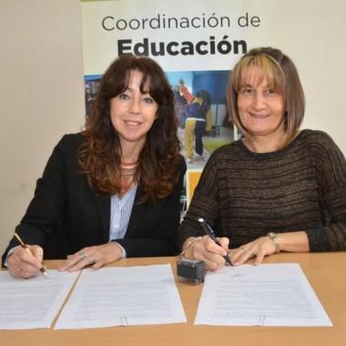 Firma del convenio que habilita las prácticas en jardines municipales.
