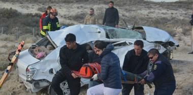 Momentos en que la conductora era extraída del habitáculo del auto, severamente dañado. Evidenciaba lesiones graves pero estaba consciente.