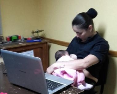La mujer policía se ofreció a alimentar a la beba (foto @JefPolicia)