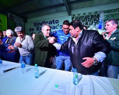 Dirigentes. Moyano, Schmid, Collio, Suárez y Taboada tras el plenario de normalización de la central obrera.