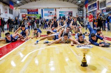 """Gran festejo de los jugadores """"brownianos"""", luego de ganarle la serie 2 a 0 a Ferrocarril Patagónico."""