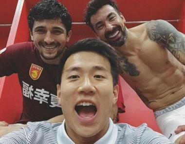 a sonrisa del Pocho Lavezzi, quien dio la asistencia de gol en el triunfo 1-0 del Hebei, que está tercero en China.