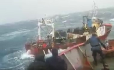 En 2016, el Repunte (al fondo) ya había sufrido inconvenientes en medio de un temporal y fue rescatado por otra embarcación. (Archivo)