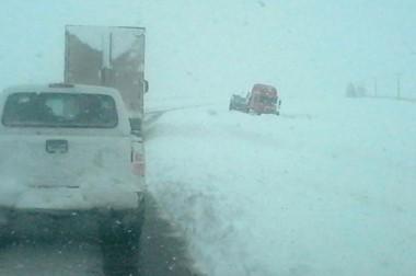 Uno de los camiones que se trasladaba por la ruta debió ser asistido luego de quedar atascado por la nieve.