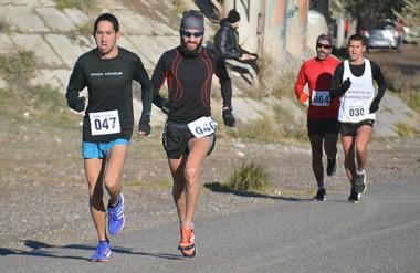 El atleta trelewense Matías Vivas lidera la competencia, en el regreso de la Ruta 3 hacia la Base Almte. Zar.