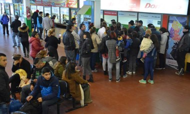 Viajeros de distintas partes el país quedaron varados en la Terminal de Ómnibus de Trelew por los cortes de rutas.