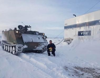 Salvataje. Uno de los vehículos militares que llegó hasta un yacimiento para rescatar a varios petroleros.