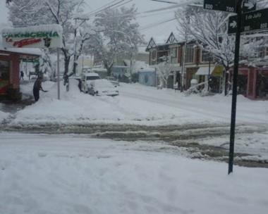 Limpieza. En Esquel todos hicieron lo posible para despejar la nieve acumulada en los espacios públicos.