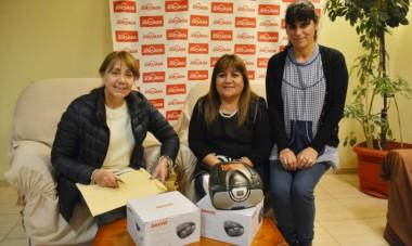 Las docentes Miriam Torres, Patricia Huilipan y la directora, Teresa Muñoz, recibieron los bienes donados por Fundación IARA.