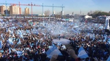 CFK habló desde un escenario montado en el centro del estadio. (foto: gentileza Página 12)