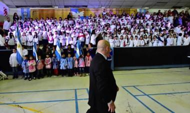 Sastre le tomó la promesa a la bandera a un total de 220 chicos pertenecientes a 3 escuelas de Puerto Madryn.