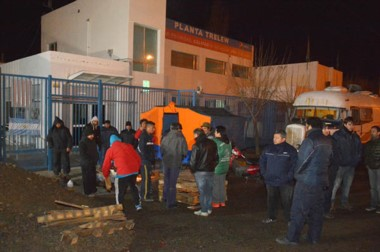Reclamo laboral. Ayer los trabajadores se manifestaron con una fogata frente al portón de la empresa.