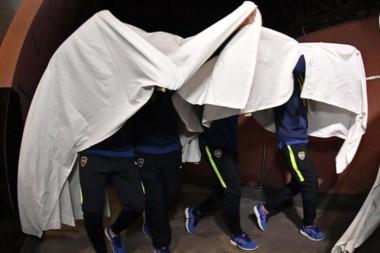 Burlas a River. Los jugadores de Boca se disfrazaron de fantasmas ysaludaron a los hinchas afuera del hotel en Bahía.