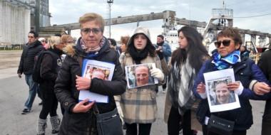 Protesta. Los familiares de las víctimas exigen que la búsqueda siga y que Mar del Plata respete el duelo.