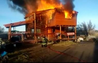 El poder del fuego. Las llamas causaron daños totales en la construcción de troncos, al estilo campestre.