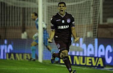 """El """"Pepe"""" Sand, de penal, marcó el primer tanto de Lanús."""