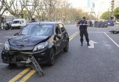 Un policía toma los datos del vehículo que atropello a los motochorros y los hizo cae contra el asfalto.