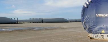 Los molinos son de la marca danesa Vestas y cuentan con palas de 49 metros de longitud y cada poste está dividido en tres partes, las cuales pesan cerca de 70 toneladas cada una.
