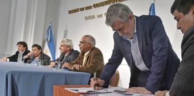 Rúbrica. Una postal del escenario oficial, mientras el gobernador Das Neves le pone la firma al acuerdo para que el yacimiento se aproveche.