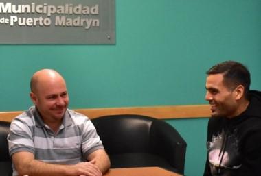 El intendente Ricardo Sastre junto a Gabriel Mercado, el referente futbolístico de la ciudad en el mundo.