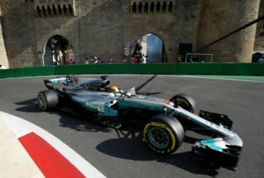 Hamilton supera a Senna en Bakú con una pole llena de suspenso.