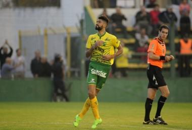 Barboza festeja el gol con la gente del Halcón en su despedida del club.