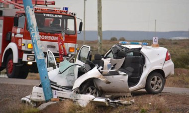 El automóvil Chevrolet Prisma sufrió daños totales producto del violento choque y las maniobras de rescate que debieron emplear bomberos.