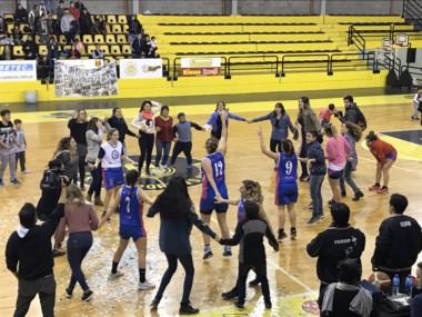 Guillermo Brown armó tremendo festejo en el gimnasio de Madryn por el título conseguido en el básquet femenino. (foto: @gmegustavo).