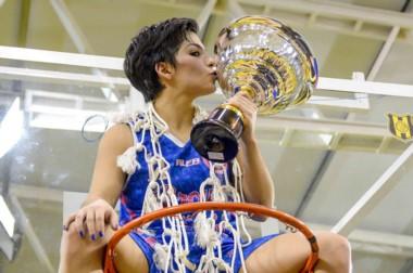 Un beso a la gloria. Florencia Fernández fue la goleadora en la final y la figura de este Brown campeón.