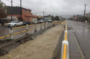 Pluvial repleto. Uno de los canales que debería liberar a la ciudad pero que sin embargo se llena.