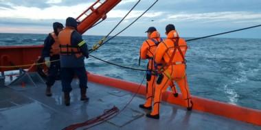 Sonrisa. La intendente Artero estuvo en el acto donde la fuerza explicó cómo sigue el operativo del buque.