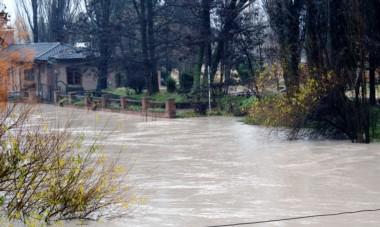 A full. Una postal de una casa tradicional ubicada junto al cauce del río y que ayer sufrió las consecuencias del crecimiento del caudal.