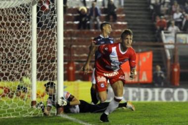 Argentinos goleó a Juventud Unida por 4 a 0 en La Paternal y quedó a un paso de volver a Primera.