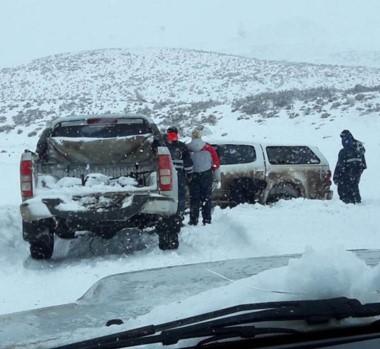Como se puede. Una postal de los vehículos que salen con ayuda rumbo a la meseta provincial.