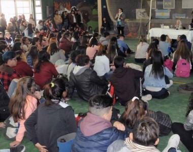 La fundadora de Madres de Plaza de Mayo visitó una escuela y dialogó con los chicos.