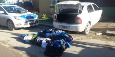 Varios bolsos y bolsas cargados de ropa que fue robada por boqueteros en una tienda del barrio Alberdi.