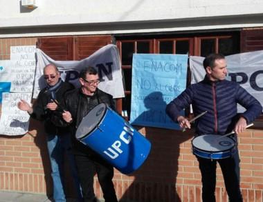 Personal del gremio UPCN protestando contra el cierre del ENACOM.