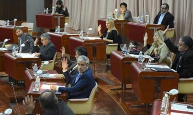 Manos arriba. La Legislatura tendrá las dos sesiones previas al receso invernal la semana que viene y allí se tendrá que votar el pedido de deuda.
