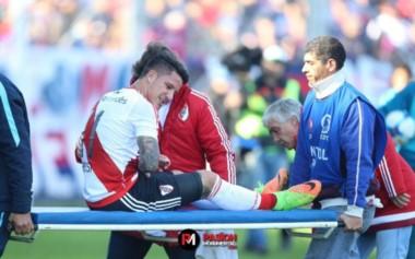 Momento en que retiran en camilla a Driussi luego de marcar el empate transitorio de River ante San Lorenzo.