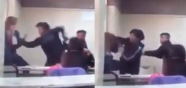 Captura del vídeo que circula en las redes donde se puede apreciar como la alumna se abalanza a los golpes contra la docente que está arrinconada.