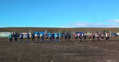 Los jugadores de Río Pico e Independiente posan para jugar. Minutos después, se suspendió la final.