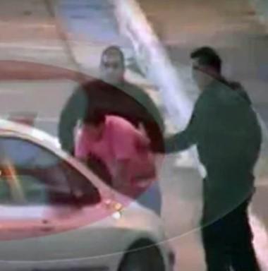 Imágenes. La cámara de seguridad mostró las agresiones. (Foto: Canal 12))