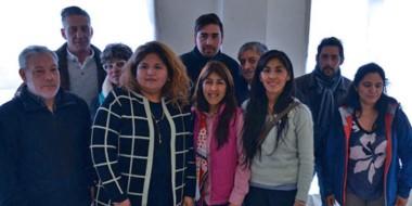 Sonrisas. El vicegobernador Arcioni y la ministro de Familia junto a vecinos de los barrios más afectados.