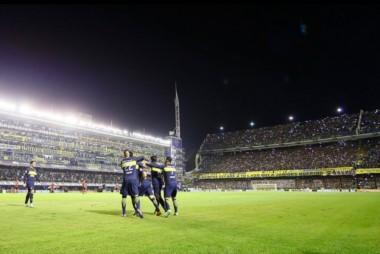 El público de Boca excedió la capacidad en las tribunas de la Bombonera.