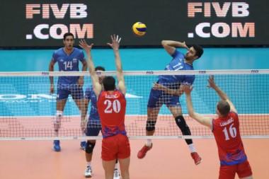 Serbia (vigente campeón) venció 3-0 a Argentina (25-18, 25-22, 25-23). Registro de 1-3 para el equipo de Velasco.